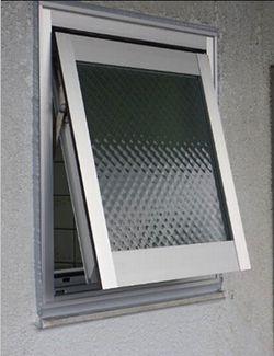 窓が外れてガラスが割れた!今は安心して開閉。