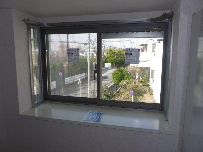出窓スペースを活かして内窓を取り付けました