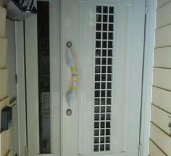 ガラス部分の小さい玄関ドアで防犯対策
