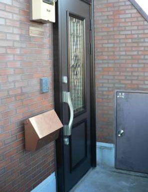 わずか一日でステンド調の玄関ドアに大変身!