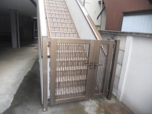 玄関の階段下にアルミ門扉を設置