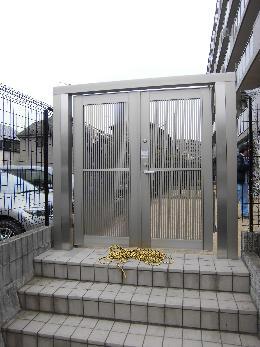 既存の門扉の扉交換と補強工事