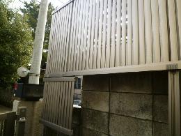 目隠しフェンスの設置、門扉の取付け