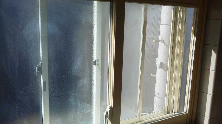 窓が張り出した部分に設置。空気層が寒さを防ぎます。