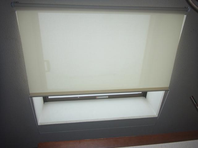 天窓へのロールスクリーン取付で暑さ対策!