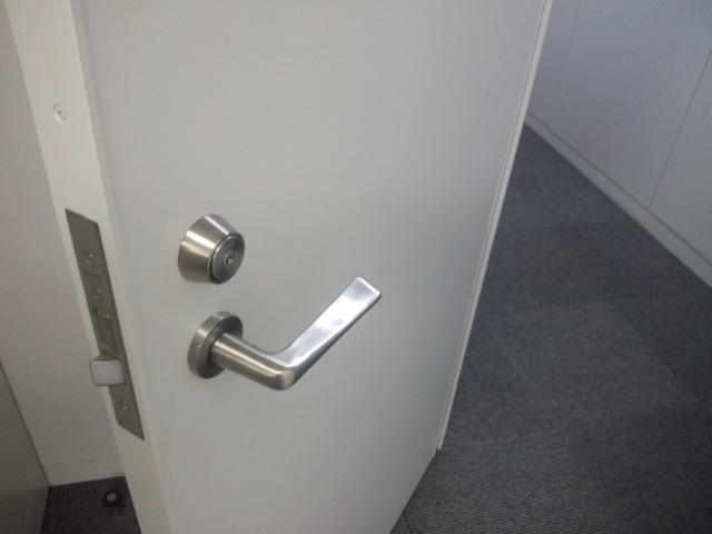 オフィス内の仕切りドアへ鍵の取付で安心安全!