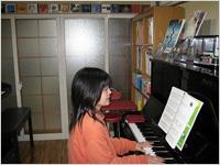 ピアノを弾かれるM様(バックにはメルツェン内窓)