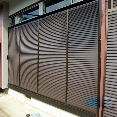 窓専門店の雨戸交換工事