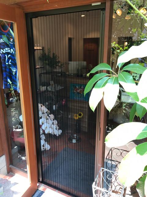 店舗ドアの虫対策に収納網戸