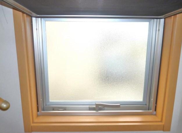 すべり出し窓は、網戸があるので複層ガラスに交換しました