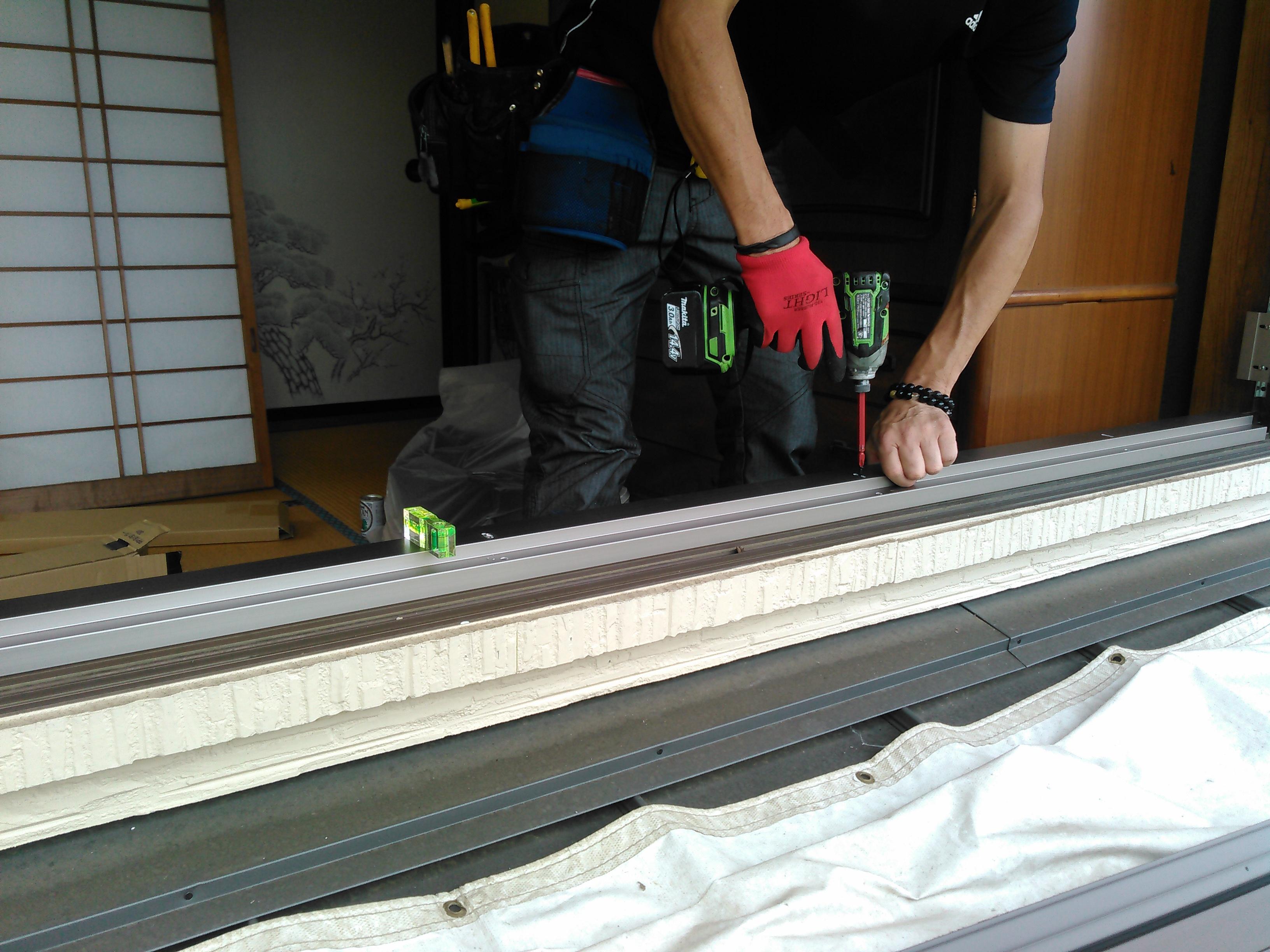工事中 水平器を使って歪みが少なくなるように取りつけます