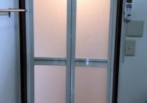 浴室ドアから中折れドアにカバー工法で施工しました
