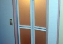 マンションのユニットバス入口、中折れドア交換施工。