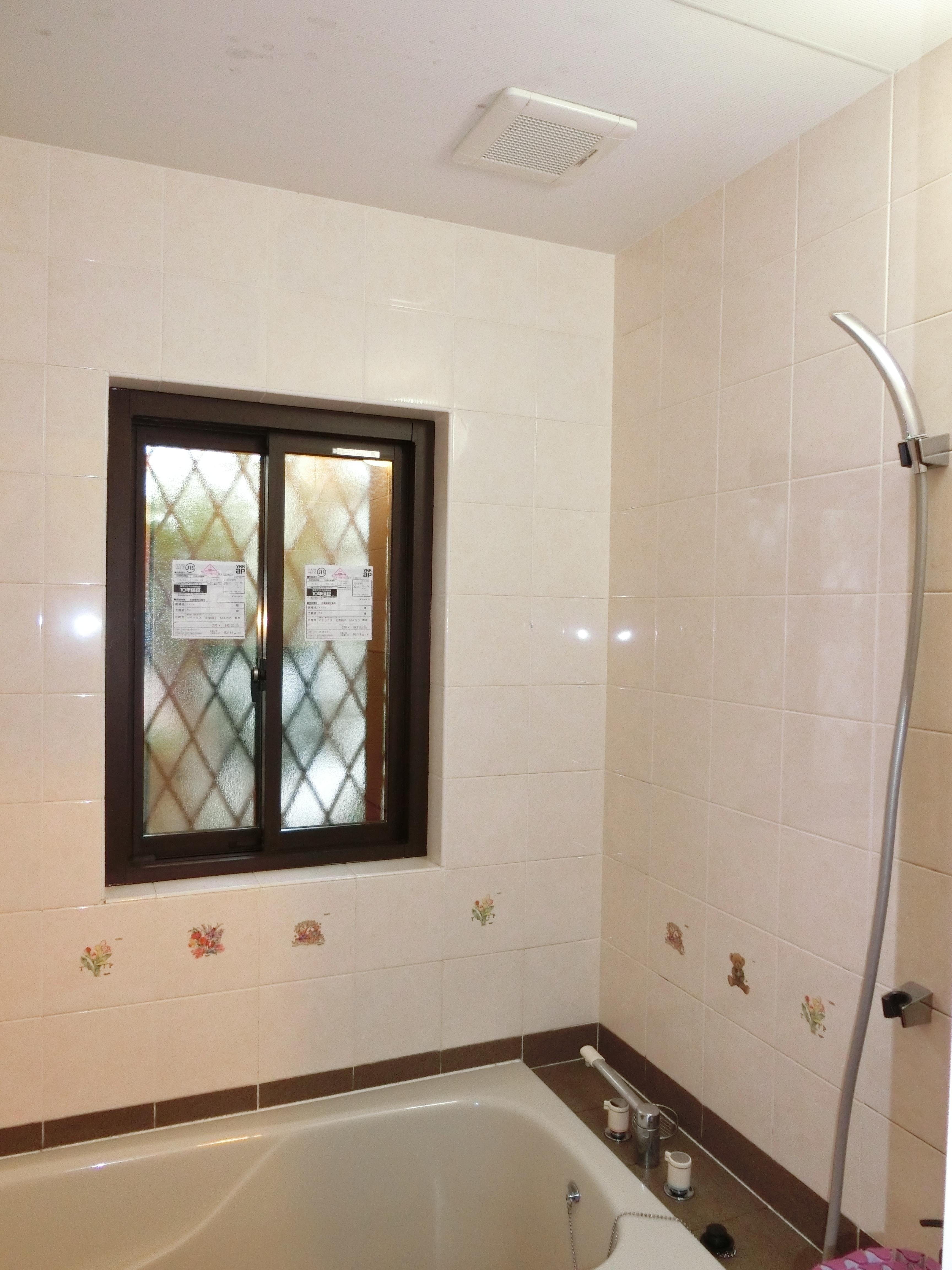 浴室の上下窓を引き違い窓に交換!マドリモで断熱仕様…
