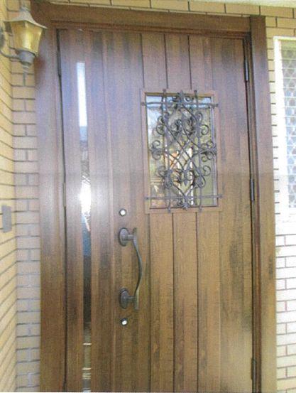 火災で劣化した玄関ドアがおしゃれでキレイに