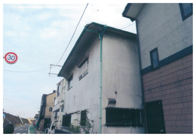 家の1階右下の窓です。
