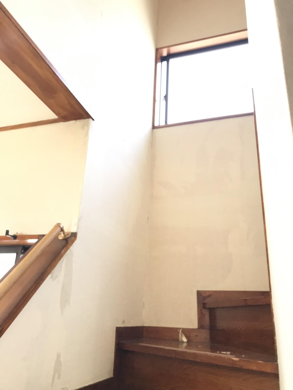 玄関から廊下のクロスを貼り替えました