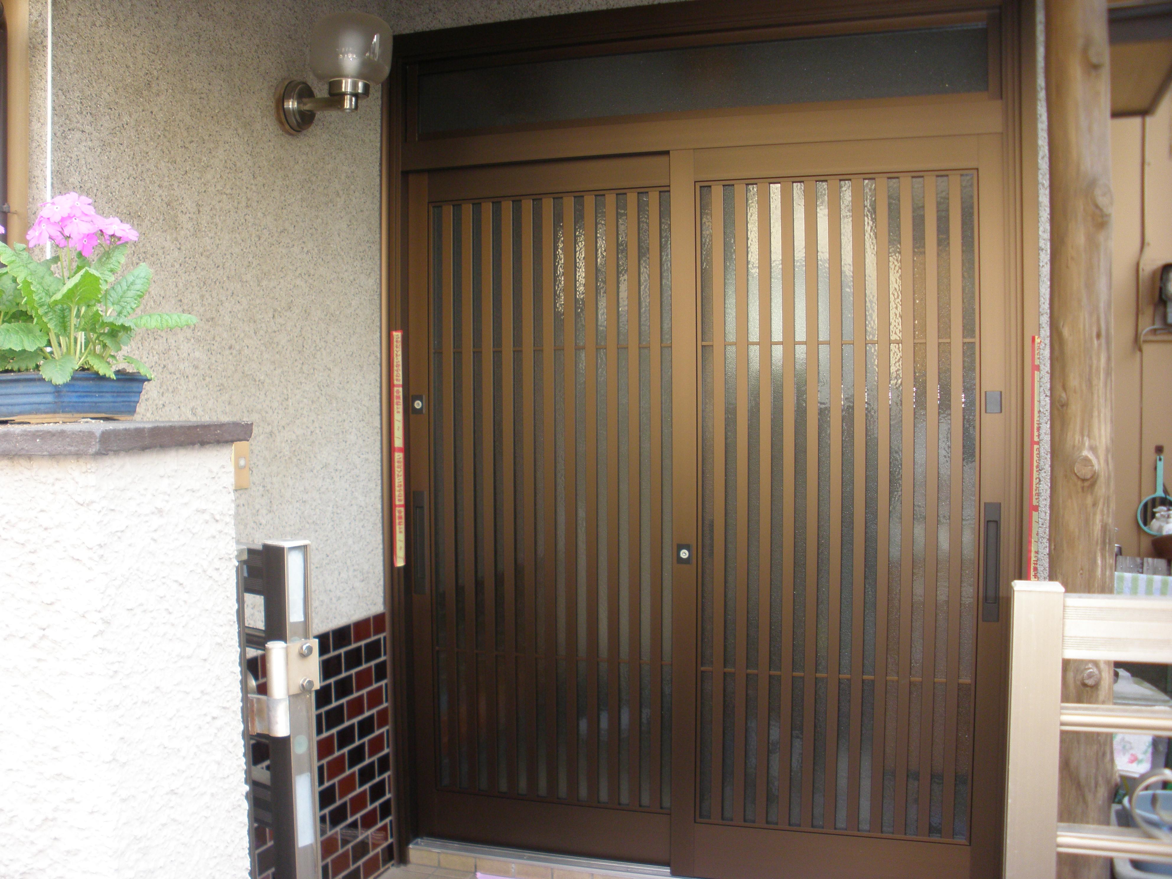 動きの悪い玄関引戸を、バリアフリー仕様にリフォーム…