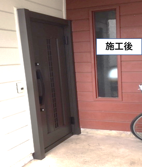 カバー工法で採光タイプの玄関ドアにリフォーム!