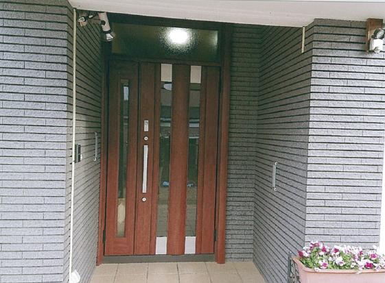 光が取り込める採光タイプの玄関ドアに一新。