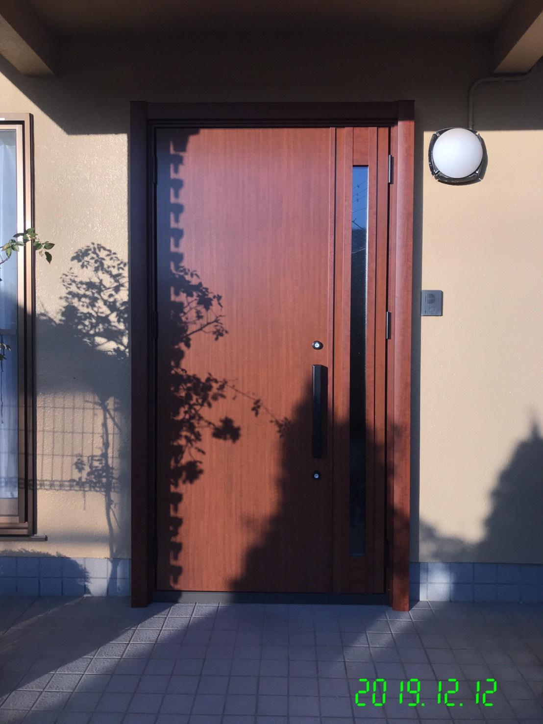 玄関ドアの劣化に1日で交換できるリシェントをお勧め…
