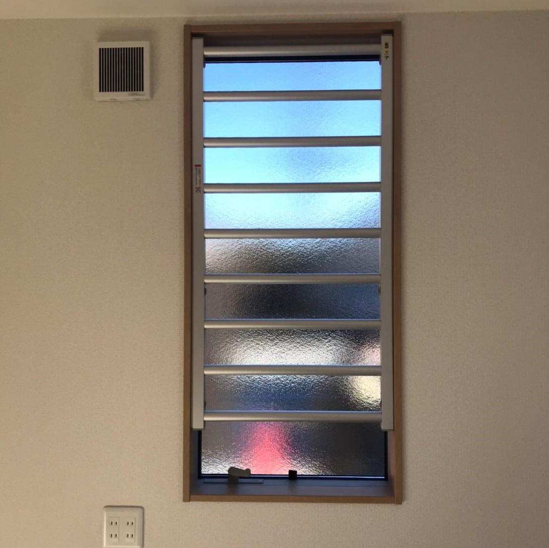 外側に開く窓には、室内面格子の取付で防犯対策。