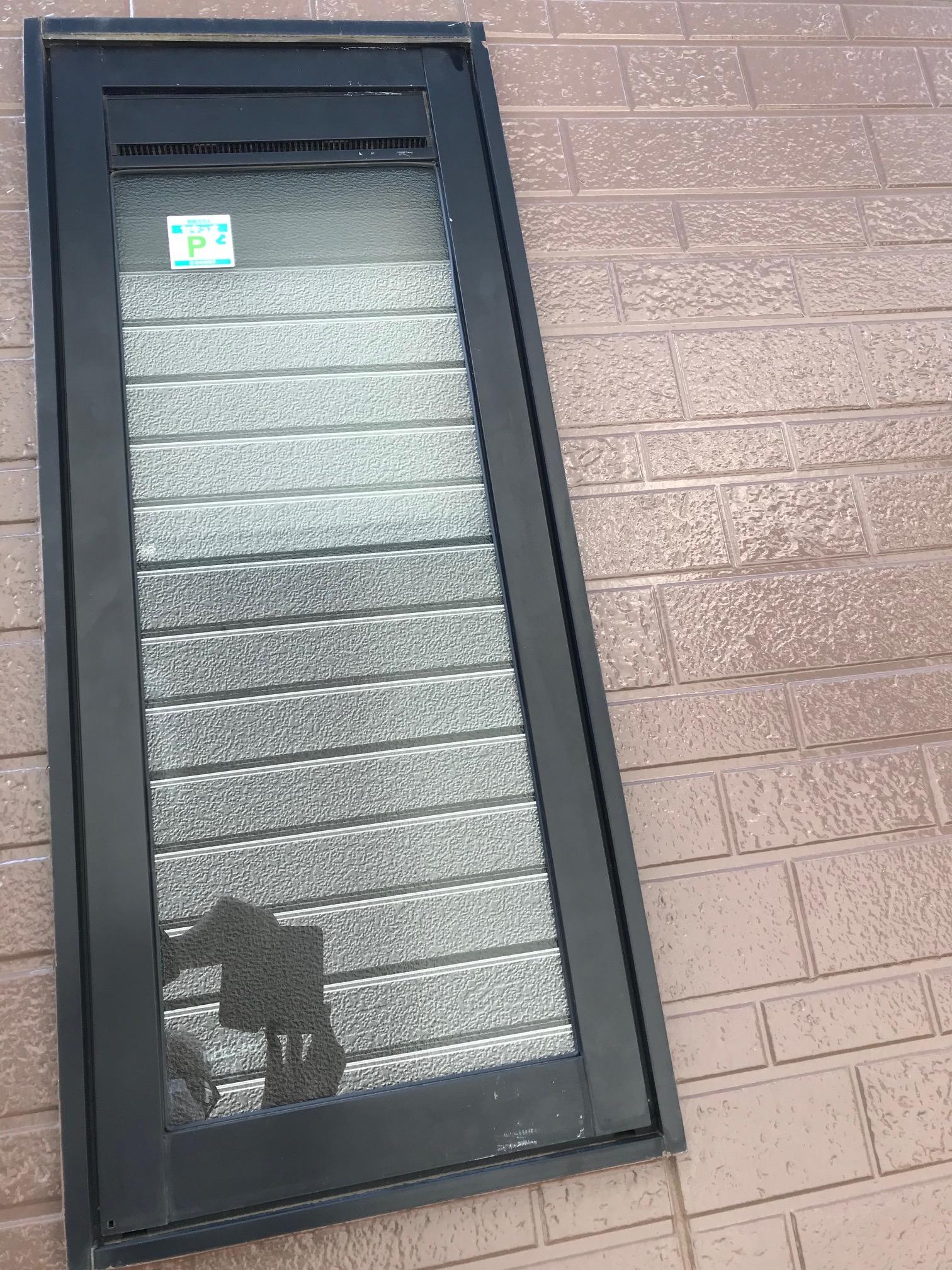防犯ガラスセキュオ60 交換後(外壁が写真に写り込みルーバー窓に見えます)