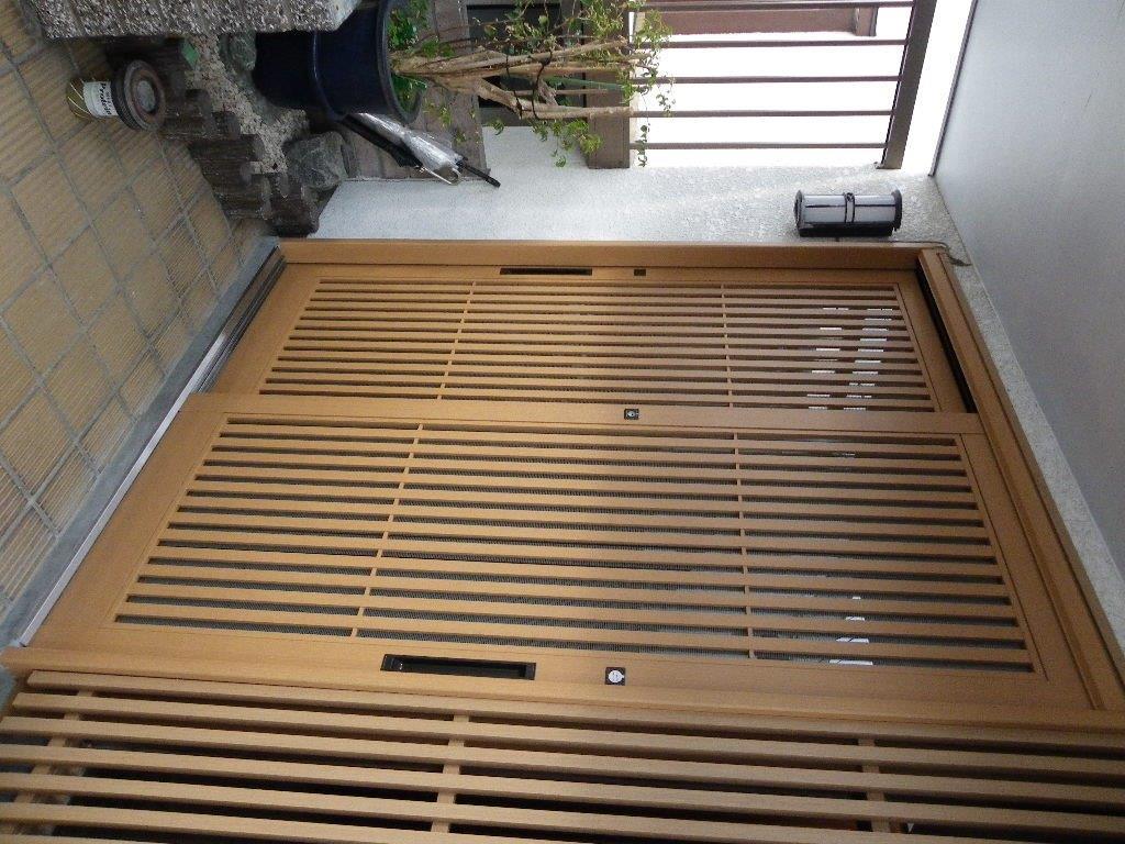縦格子の和風玄関ドアを引戸に交換