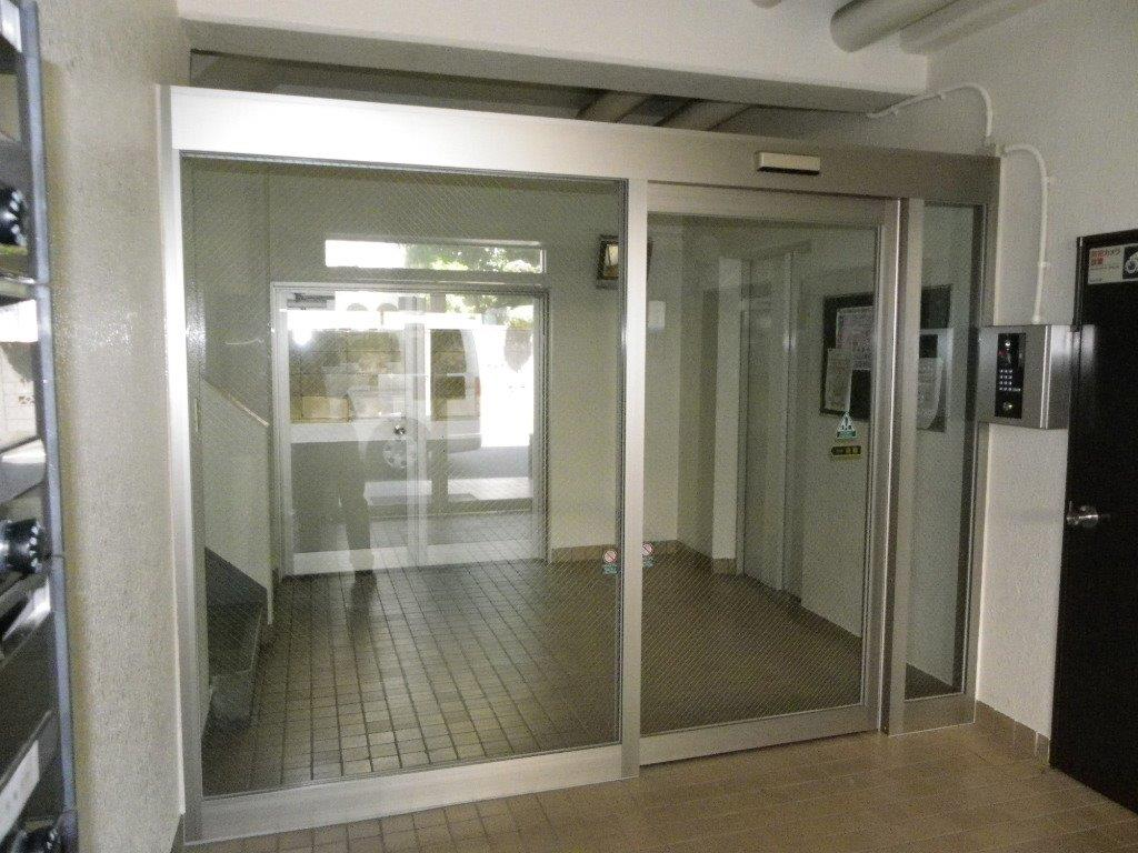 マンションの入り口にオートロックの自動ドアを新設