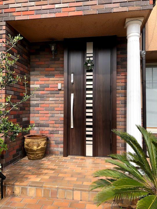 電池も電気も使わない機械式ボタンタイプの玄関ドア