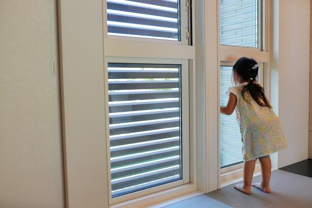 病院や保育施設に最適!抗菌マークの窓ガラス「ウイルスクリーン」