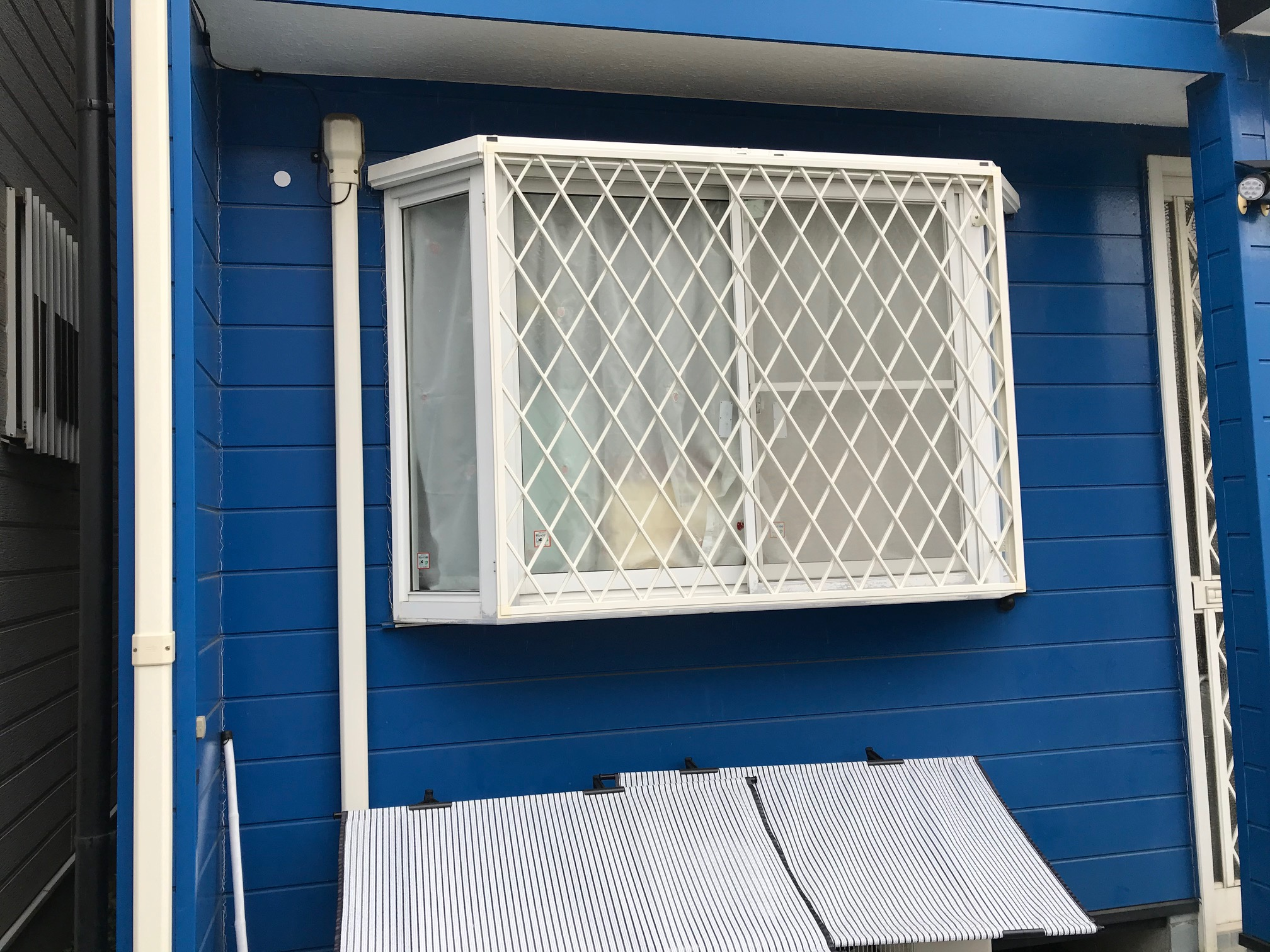 人通りの少ない場所にある窓は危険!!泥棒の侵入を防…