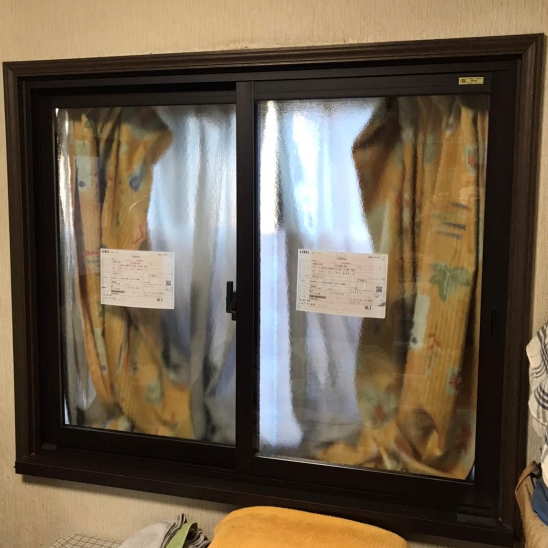 内窓施工後:出窓をおおうように取付。