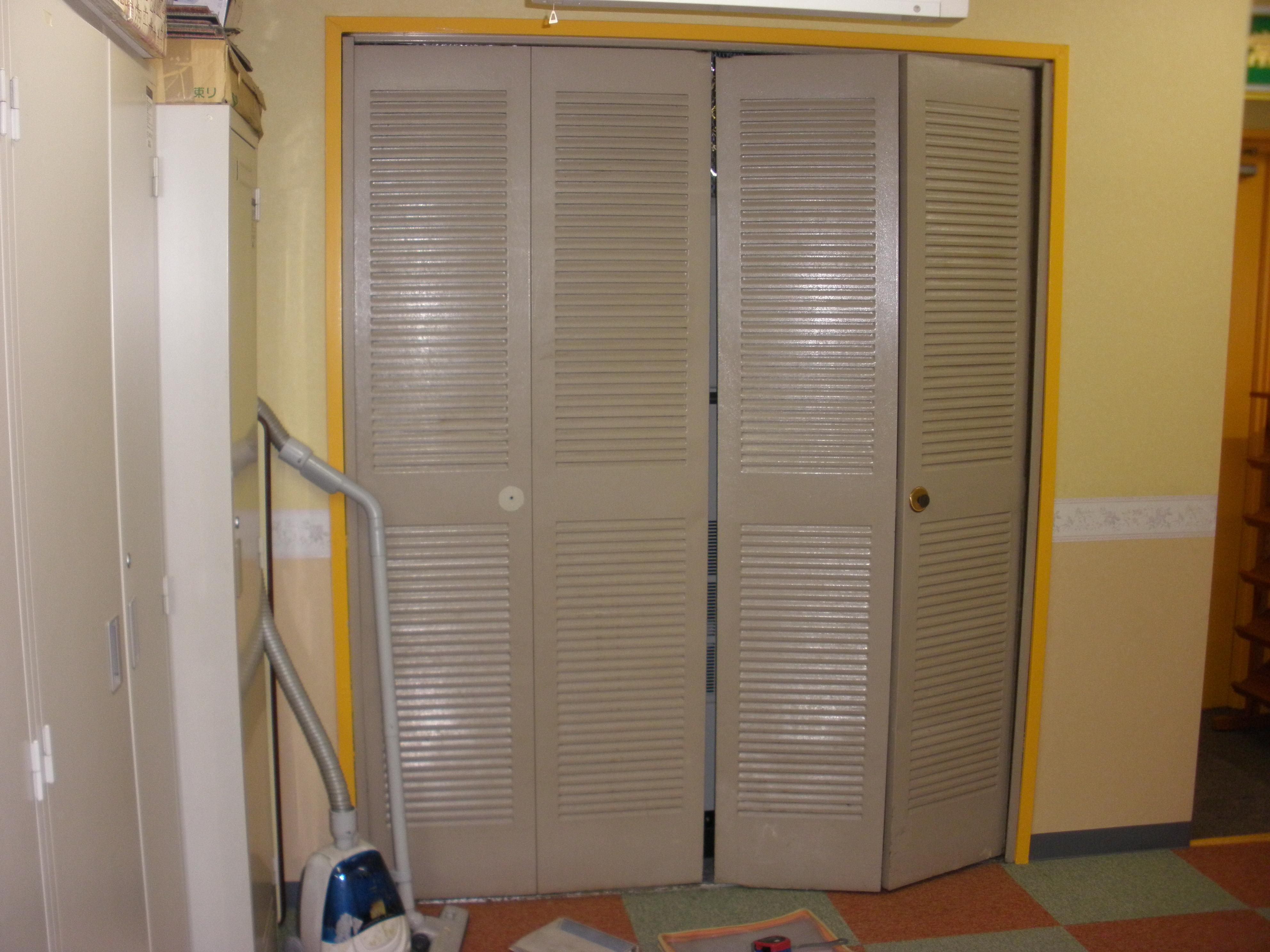 交換前、既存スチール製折り戸