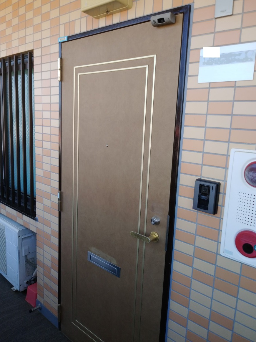 施工前、20年以上経っているドアで、色々経年劣化していました。