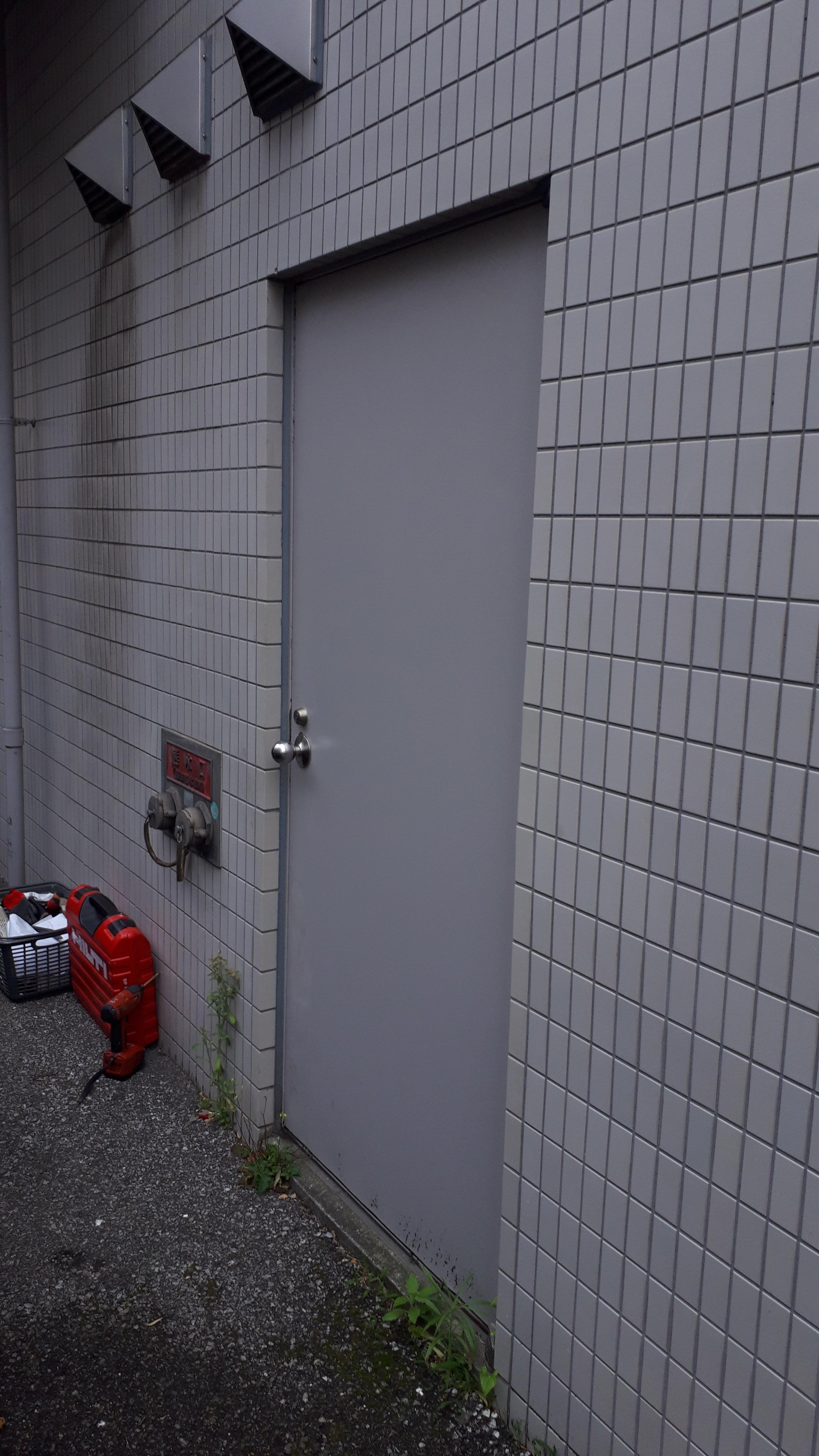 施工前 扉が開かない状態です
