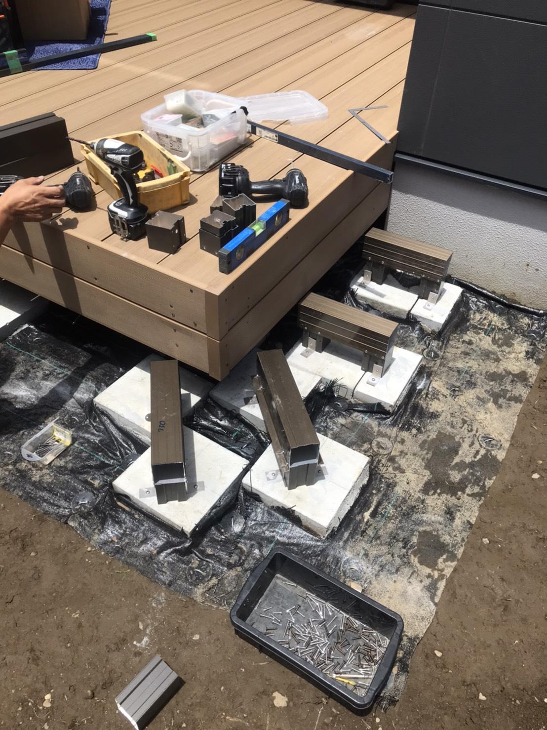 施工中:束石の上に束柱を取付
